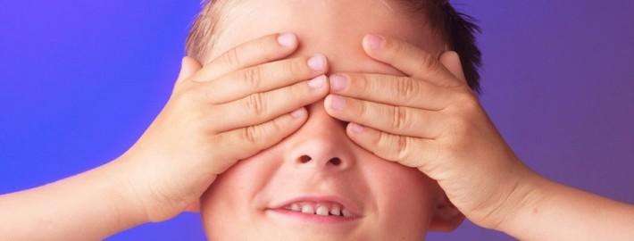 niño ojos tapados